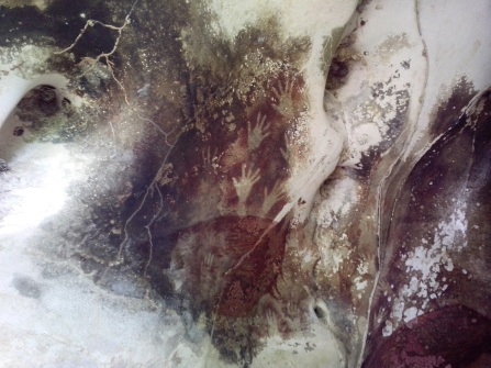 Manos en la cueva de Silawesi (Cahyo Ramadhani-Wikimedia Commons)