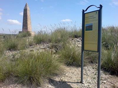 Obelisco en el Cerro de los Santos que conmemora el hallazgo que tuvo lugar en ese promontorio