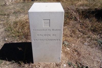 Placa de hormigón donde estaba situado el dolmen de Entretérminos (imagen propia).jpg
